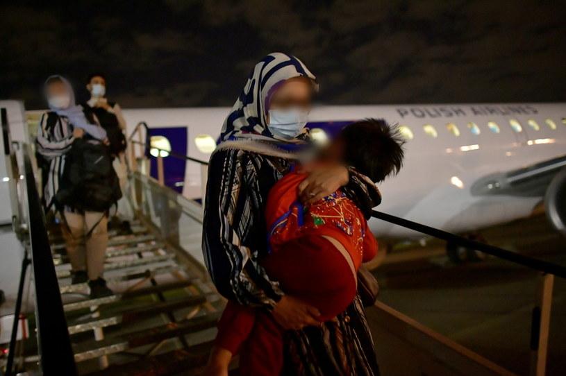 Na zdjęciu: w nocy z czwartku na piątek w Warszawie wylądował trzeci polski samolot z ewakuowanymi z Kabulu /PAP/Marcin Obara /PAP/EPA
