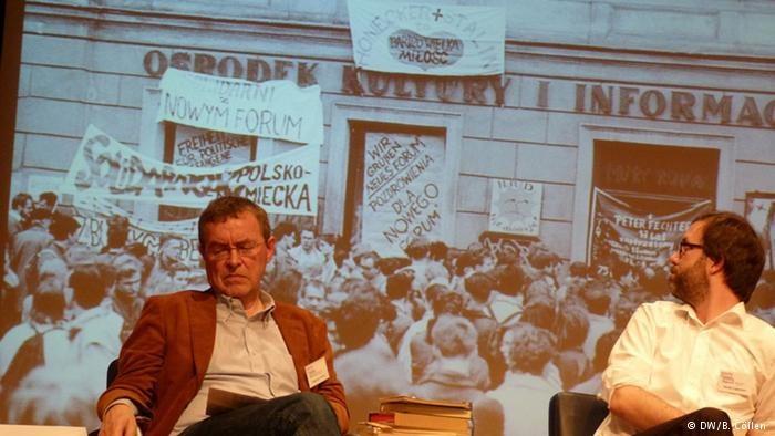Na zdjęciu w tle: Manifestacja solidarności z Polską w lipsku pod siedzibą polskiego Ośrodka Kultury i Informacji /Deutsche Welle