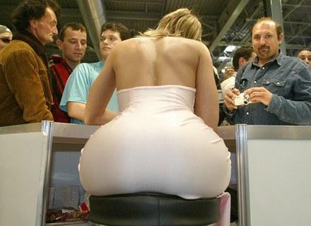Na zdjęciu: węgierska gwiazda porno Maya Gold na targach erotycznych w Budapeszcie, lipiec 2006 /AFP