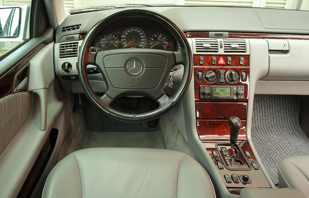Na zdjęciu wersja 280 sprzed liftingu z klasycznymi zegarami i konsolą środkową. W 1999 r. pojawiła się nowa kierownica i wskaźniki z dużym wyświetlaczem pośrodku. /Motor