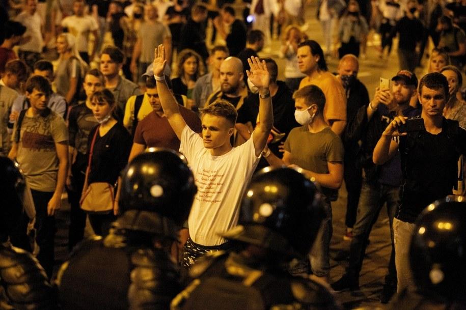 Na zdjęciu z 09.08.2020 Zwolennicy opozycji podczas akcji protestacyjnej po zamknięciu lokali wyborczych podczas wyborów prezydenckich w Mińsku na Białorusi /Anna Ivanova /PAP