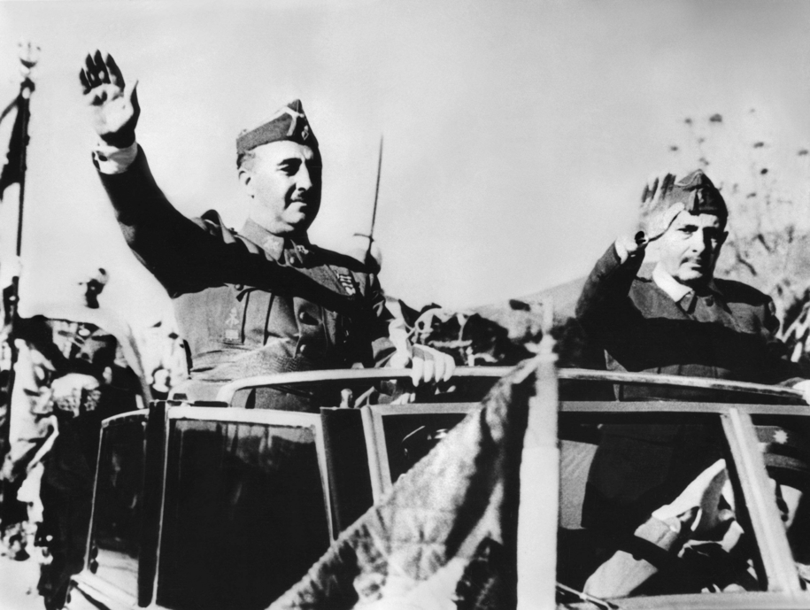 Na zdjęciu z 1939 roku gen. Franco odbiera paradę wojskową w Barcelonie /DPA /PAP/EPA