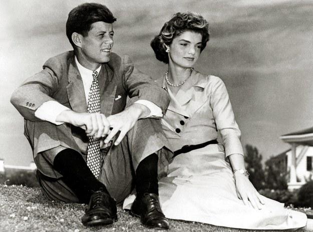 Na zdjęciu z 1953 roku John F. Kennedy z żoną Jackie /JFK Library /PAP/EPA