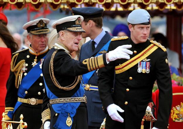 Na zdjęciu z 2012 roku książę Filip z synem księciem Karolem oraz wnukiem księciem Harrym /JOHN STILLWELL /PAP/EPA