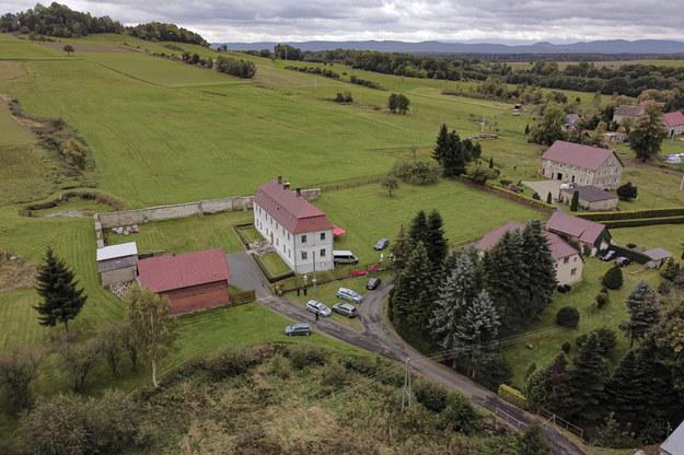 Na zdjęciu z drona kompleks przykościelny w miejscowości Pomocne /Aleksander Koźmiński /PAP
