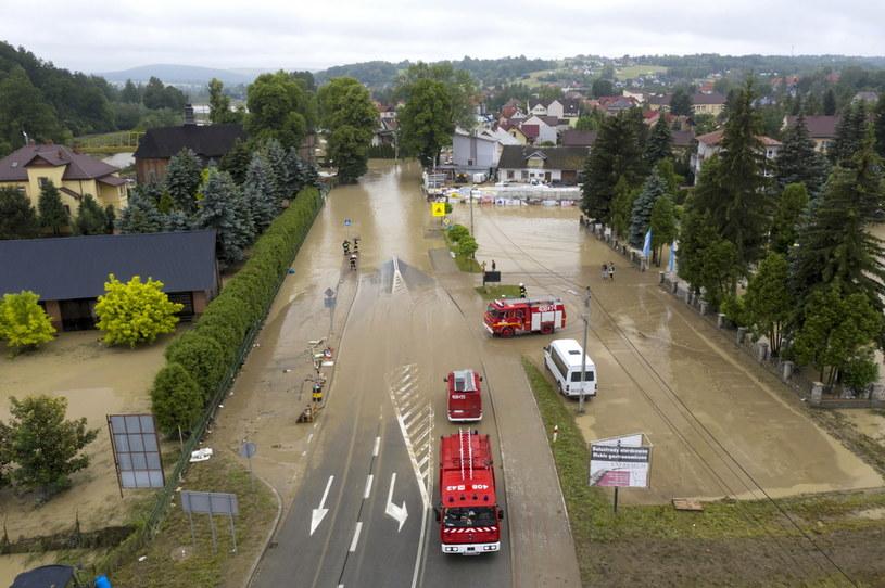 Na zdjęciu z lotu ptaka zalania w Łapanowie koło Wieliczki / Darek Delmanowicz    /PAP
