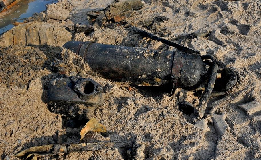 Na zdjęciu z lutego 2017 roku element wraku odsłoniętego przez morze na plaży w Podczelu koło Kołobrzegu. Najprawdopodobniej jednostka została zatopiona podczas walk w 1945 roku / Marcin Bielecki    /PAP