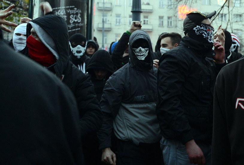 Na zdjęciu zamaskowani uczestnicy Marszu Niepodległości /AFP