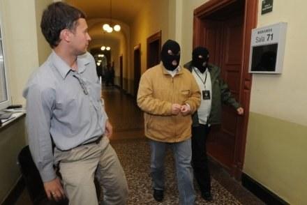 Na zdjęciu zamaskowany prezes ZUS Sylwester R. doprowadzany przed sąd / fot. W. Basałygo /Agencja SE/East News