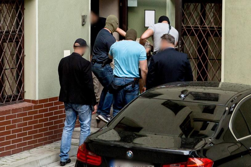 Na zdjęciu zatrzymany 22-latek doprowadzany na przesłuchanie w prokuraturze w Świdnicy / Maciej Kulczyński    /PAP