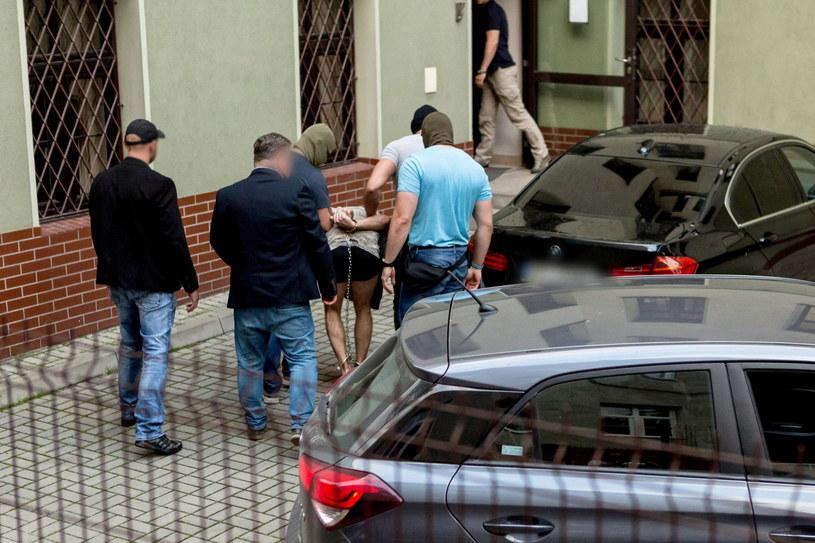 Na zdjęciu zatrzymany mężczyzna doprowadzany na przesłuchanie w prokuraturze w Świdnicy / Maciej Kulczyński    /PAP