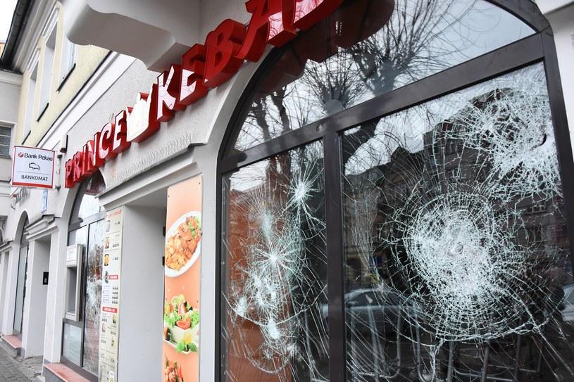 Na zdjęciu zdewastowany bar z kebabem po zamieszkach, które wybuchły po śmierci młodego człowieka w Ełku /Paweł Kicowski /East News