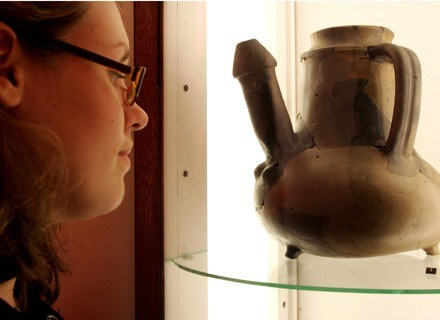 Na zdjęciu: zwiedzająca przygląda się glinianemu dzbanowi w drezdeńskim muzeum, październik 2005 /AFP