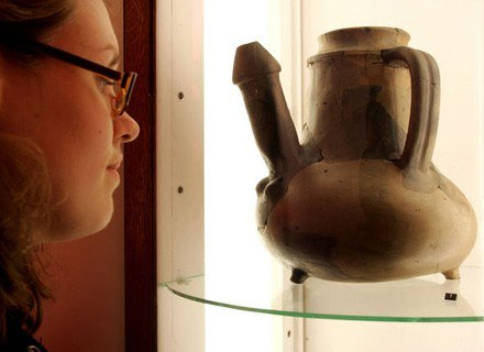 Na zdjęciu: zwiedzające przy stałej ekspozycji Muzeum Prehistorii w Dreźnie, styczeń 2006 /AFP