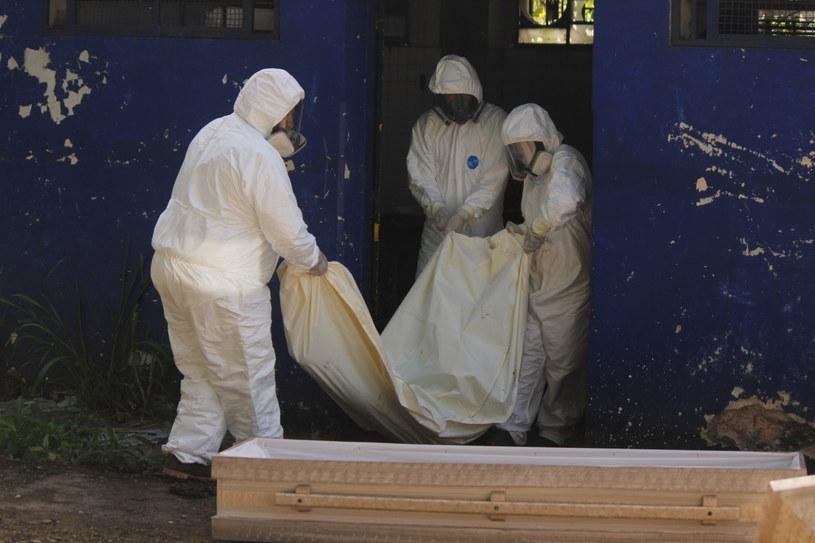 Na zdjęciu zwłoki ofiary koronawirusa w mieście San Cristobal w Wenezueli /Johnny Parra /PAP/EPA