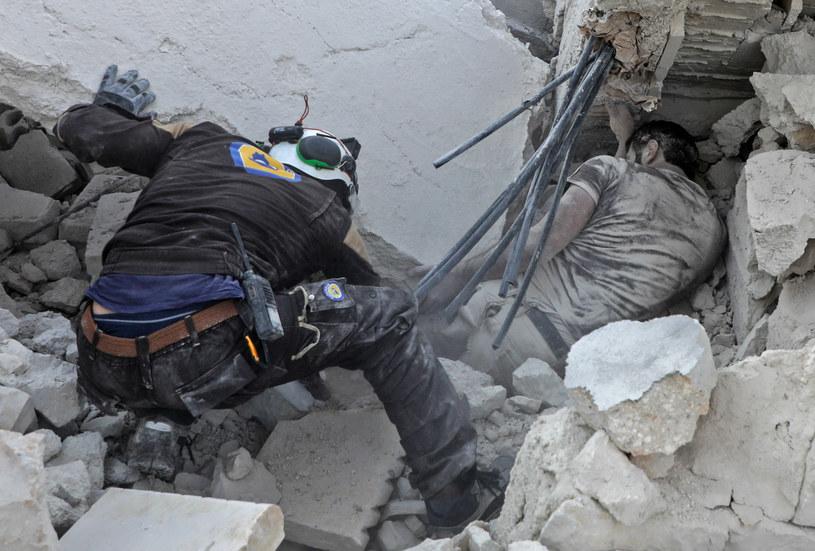 """Na zdjęciui akcja """"Białych Hełmów"""" po nalotach w wprowincji Idlib w Syrii /Abdullah Hammam / AFP /AFP"""