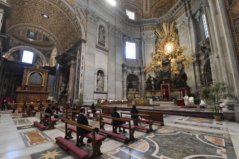 Nabożeństwa Wielkiego Tygodnia odbywają się w pustej Bazylice św. Piotra /VATICAN MEDIA HANDOUT /PAP/EPA
