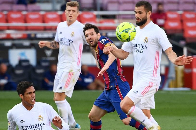 Nacho Fernandez (z prawej) próbuje powstrzymać Leo Messiego /LLUIS GENE /AFP