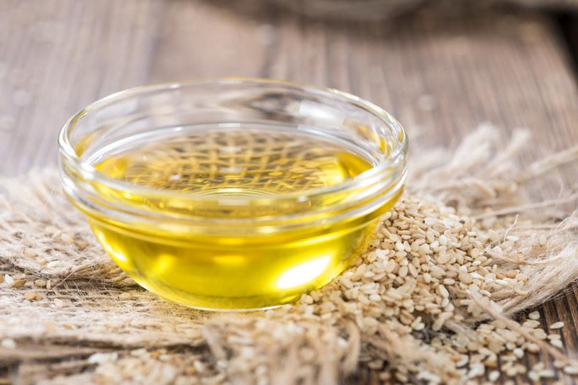Nacieranie olejem sezamowym to jeden z mitów /123RF/PICSEL
