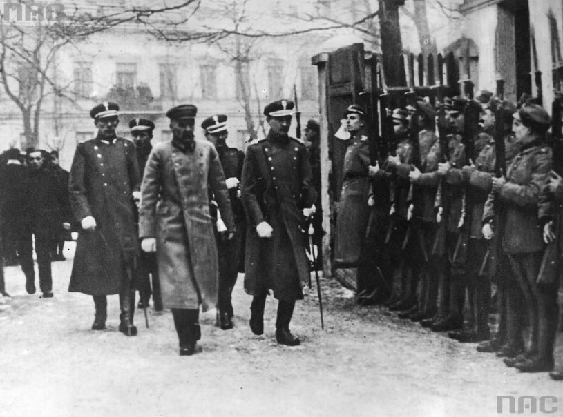 Naczelnik Państwa Józef Piłsudski po drodze na otwarcie pierwszego posiedzenia Sejmu Ustawodawczego mija oddział wojskowy /Z archiwum Narodowego Archiwum Cyfrowego