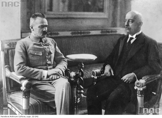 Naczelnik Państwa Józef Piłsudski podczas rozmowy z nowo wybranym prezydentem Gabrielem Narutowiczem w Belwederze, 1922 /Z archiwum Narodowego Archiwum Cyfrowego