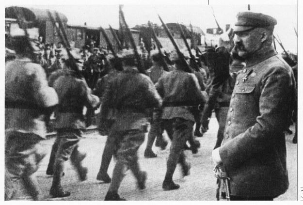 Naczelny Wódz Józef Piłsudski żegna oddziały wyruszające na front (wiosna 1920) /FoKa /Agencja FORUM