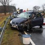 Naczepa poszła bokiem i zmiotła auto. Nie żyje 29-latka