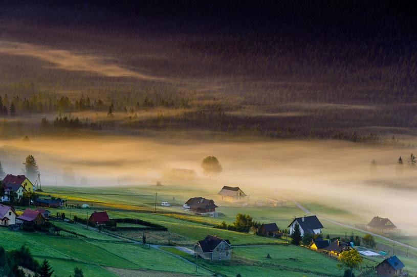 Nad Beskidzką Trójwsią unosi się jesienią piękna mgła /123RF/PICSEL