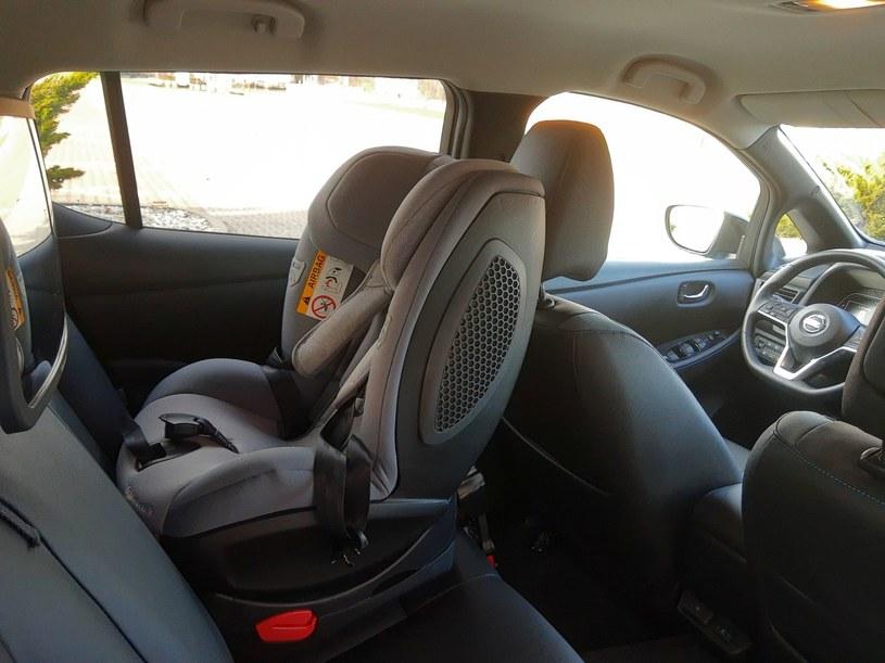 Nad głową dziecka jest sporo miejsca, a wysokie drzwi ułatwiają wsadzanie maluchód do fotelika /INTERIA.PL
