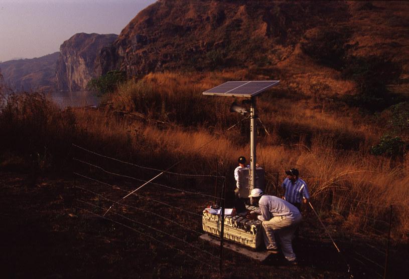Nad jeziorem Nyos w 2001 r. zamontowano systemy alarmujące o niepokojącym stężeniu CO2. Naukowcy alarmują jednak, że niebezpieczeństwo wcale nie zostało zażegnane /Getty Images