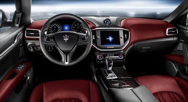 Nad konsolą środkową góruje dotykowy ekran... i tradycyjnie, analogowy czasomierz. /Maserati
