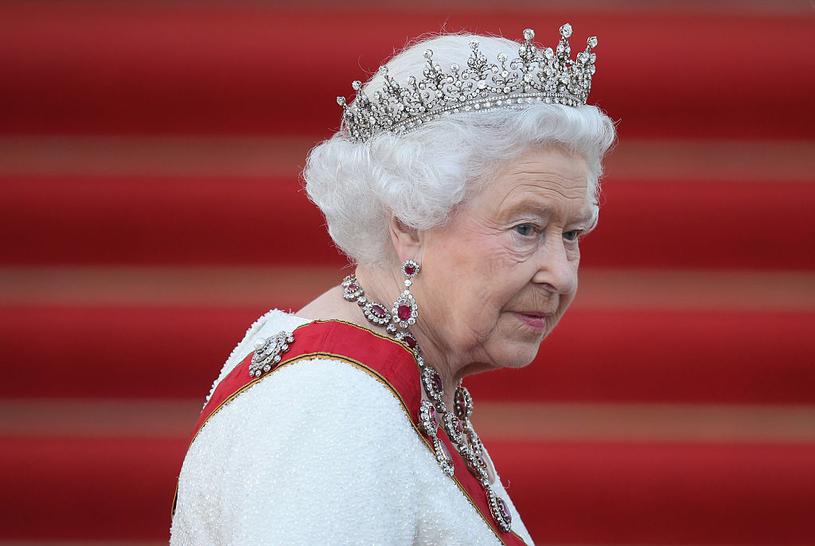 Nad królową gromadzą się ciemne chmury. Brytyjska monarchia od dawna nie miała tak złej prasy /Sean Gallup /Getty Images