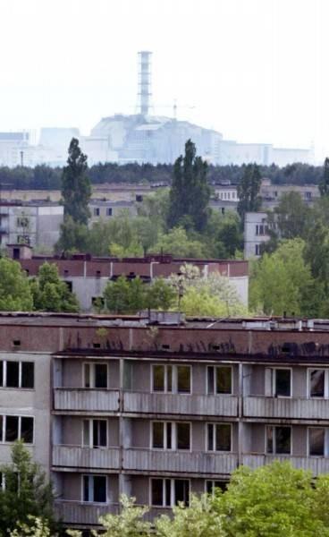 Nad opustoszałym miastem góruje uśpiony reaktor /AFP