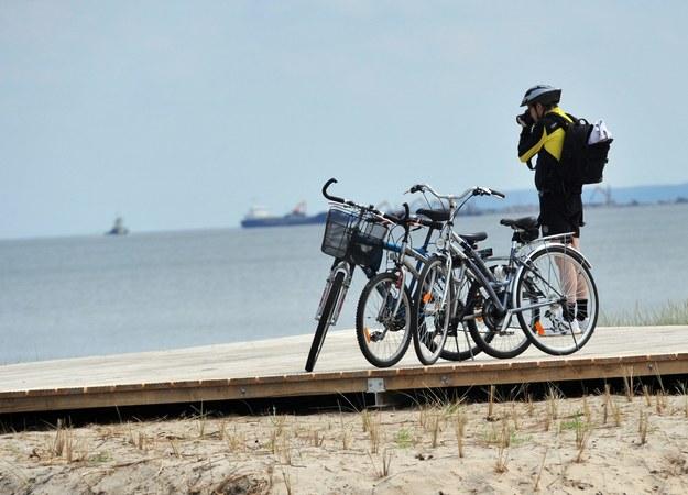 Nad polskim morzem ścieżek rowerowych jest pod dostatkiem /Marcin Bielecki /PAP