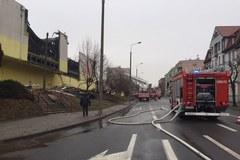Nad ranem spłonęło 1 piętro i dach domu handlowego w Tczewie