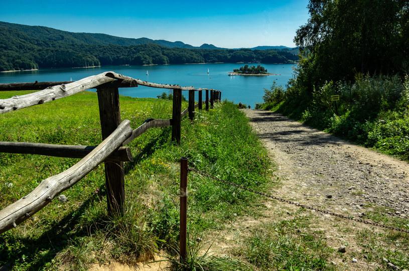 Nad Soliną można wynająć apartament lub dom z widokiem na Jezioro Solińskie /123RF/PICSEL