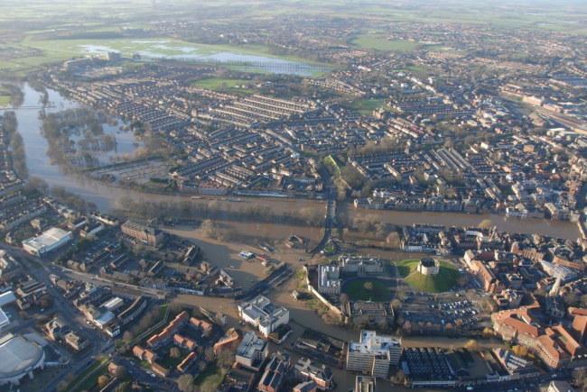 Nad zalaną przez powodzie północną Anglię nadciąga nowa fala opadów /PAP/EPA