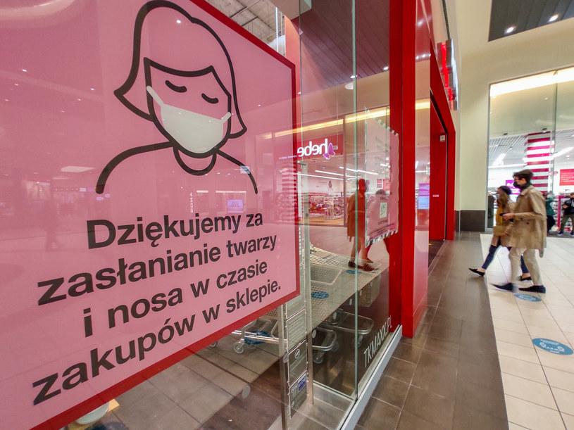 Nadal konieczne jest zasłanianie ust i nosa /Piotr Kamionka /Reporter