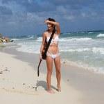 Nadia Lanfranconi śpiewa na plaży. Co za strój!
