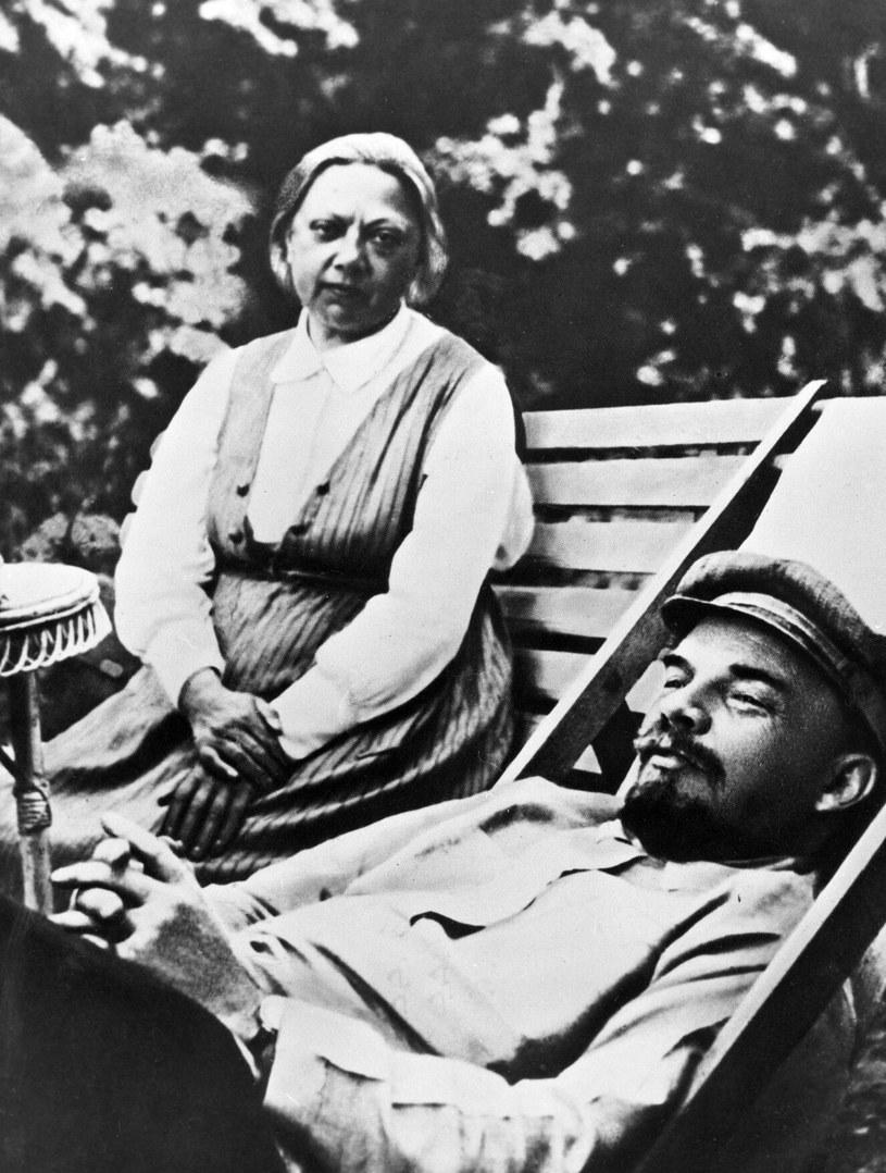Nadieżda ofiarnie opiekowała się chorym mężem. Zdjęcie zrobiono wczesną jesienią 1922 r., już po pierwszym udarze Włodzimierza Iljicza /RIA Novosti/SPUTNIK Russia /East News
