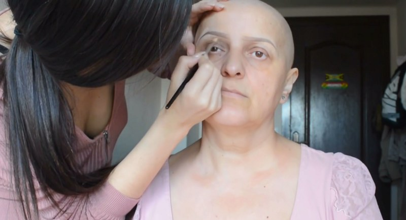 Nadina postanowiła zająć się swoją mamą i dodać jej otuchy /Nadina Ioana /YouTube