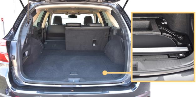 Nadkola ograniczają szerokość bagażnika. Pod podłogą jest duży schowek, m.in. na roletę. /Motor
