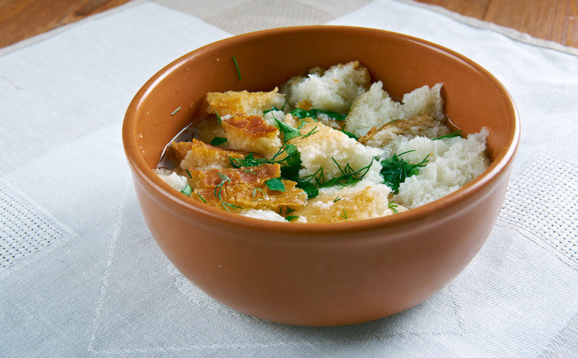 Nadmiar suchego chleba można wykorzystać do przygotowania tradycyjnej zupy ze Śląska