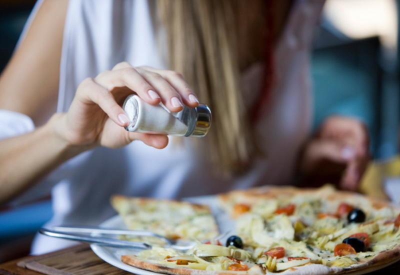 nadmierne spożywanie soli /© Photogenica