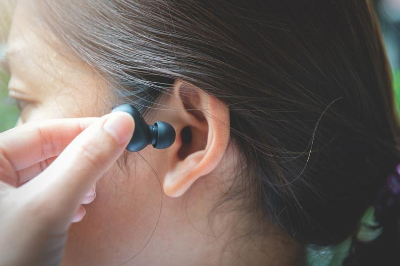 Nadużywanie słuchawek TWS może powodować problemy ze słuchem /123RF/PICSEL