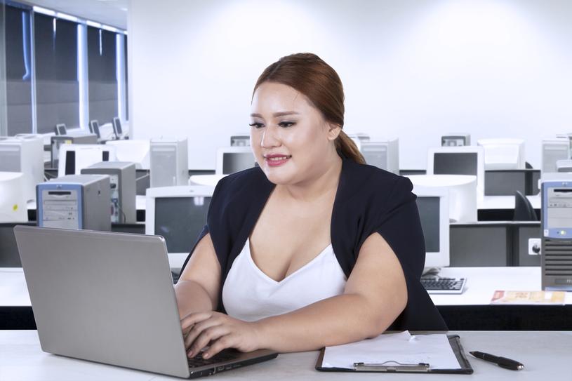 Nadwaga i siedzący tryb życia przyczyniają się do powstania choroby /123RF/PICSEL