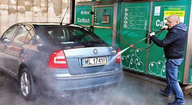 Nadwozie samochodu powinno zostać gruntownie umyte. /Motor