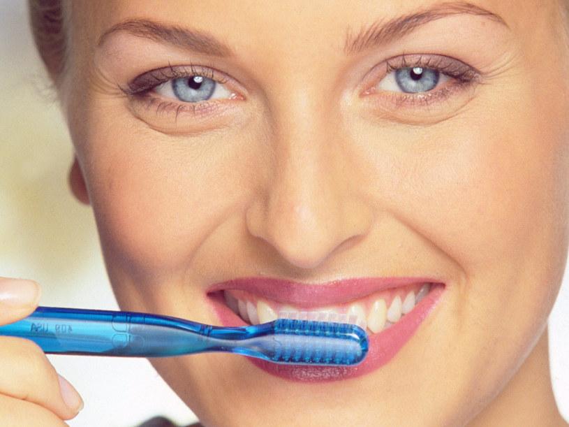 Nadwrażliwość zębów jest efektem uszkodzeń szkliwa lub odsłonięcia się szyjek zębowych  /© Bauer