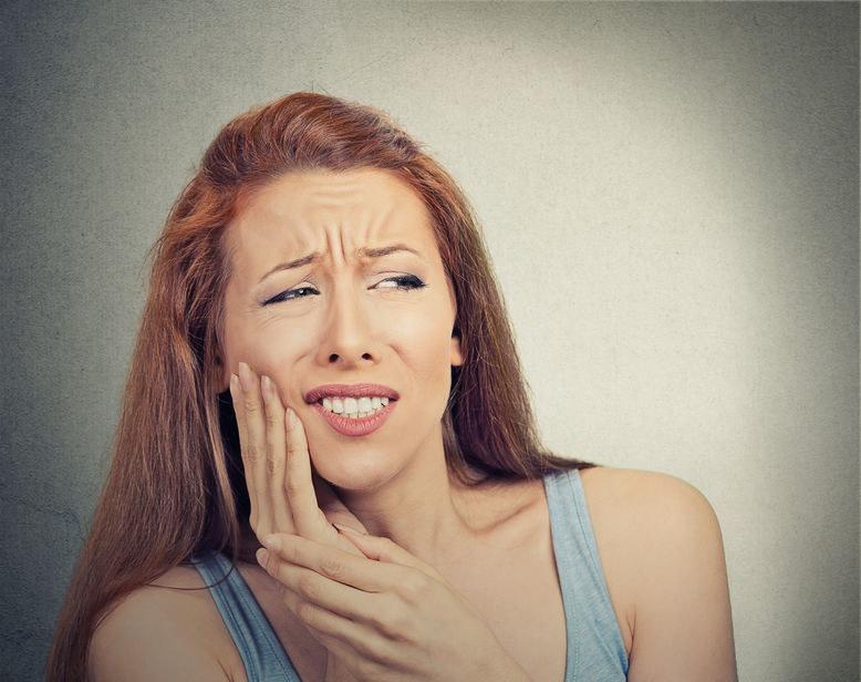 Nadwrażliwość zębów może uprzykrzać życie /123RF/PICSEL