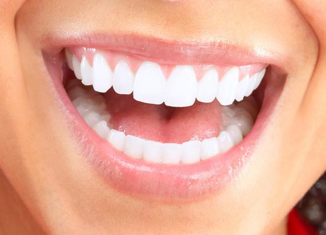 nadwrażliwość zębów woda utleniona /© Photogenica